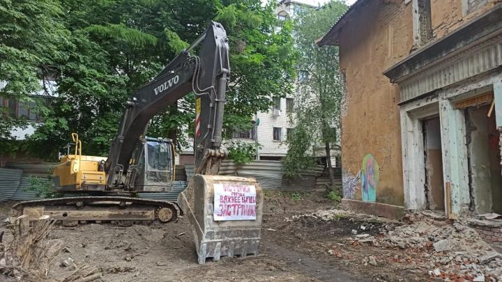 Опять попытались разрушить: в Ярославле активисты вновь спасли историческое здание от сноса