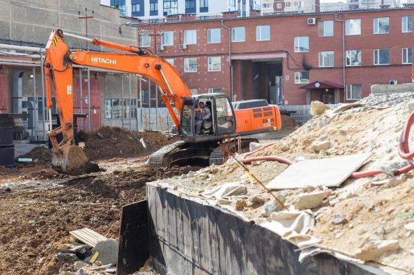Площадку зачищают от зданий складов и вывозят мусор
