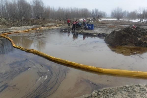 Сотрудники «Лукойл — Западная Сибирь» устраняют разлив