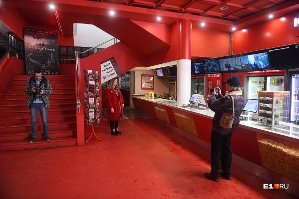 "Кинотеатр «Салют» <a href=""https://www.e1.ru/text/culture/2020/02/23/68981449/"" class=""_"" target=""_blank"">закрылся в феврале 2020 года</a>"
