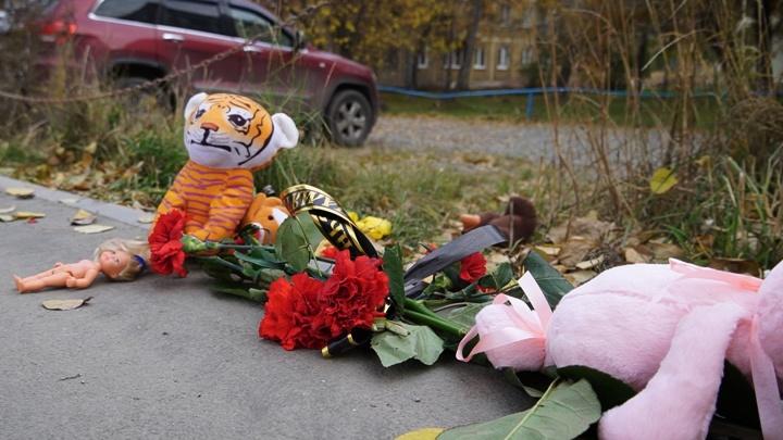 Новосибирцы несут игрушки и цветы к месту, где скорая задавила насмерть 7-летнюю девочку
