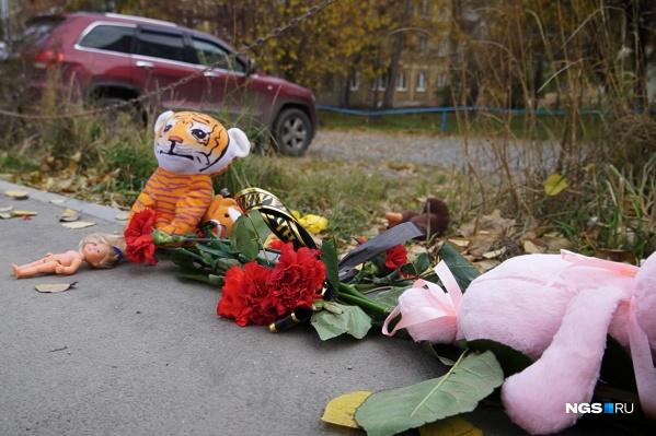 Местные жители организовали стихийный мемориал