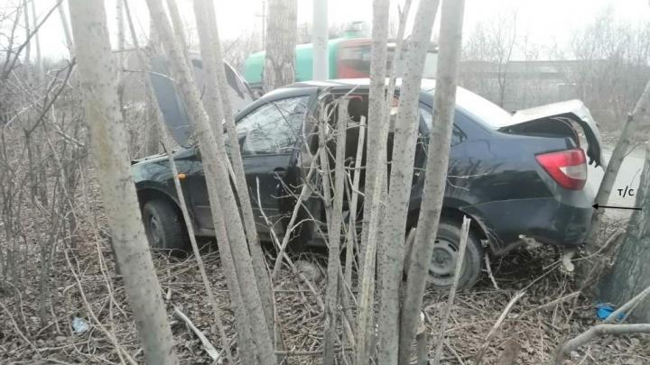 «Не знал, что он рулить умеет»: школьник угнал у отчима машину, чтобы покатать подруг, и вылетел в дерево