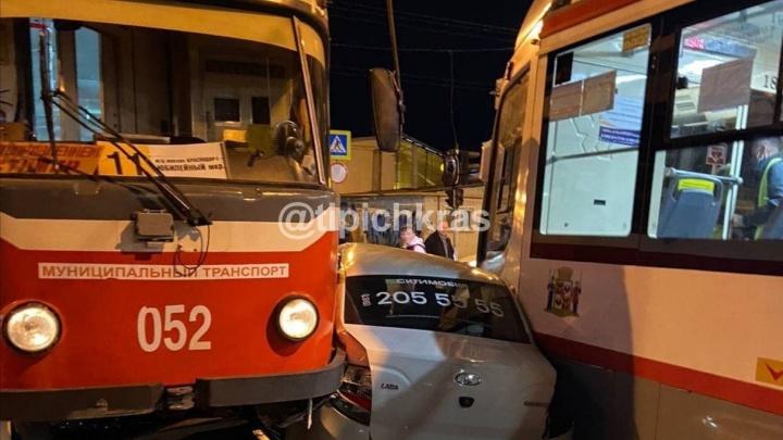 В Краснодаре такси с людьми зажало и смяло между трамваями