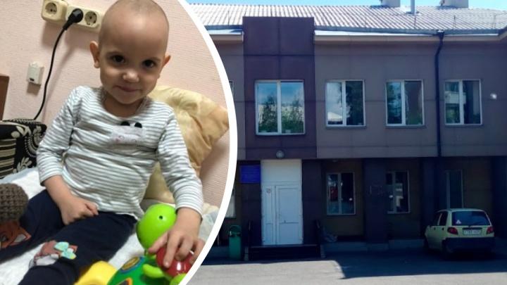 У травмпункта в Красноярске женщина оставила двухлетнюю малышку у дверей и ушла