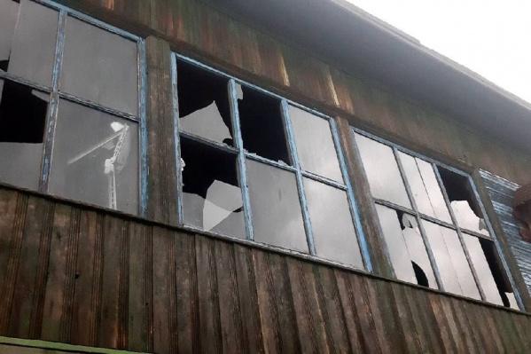 В одних домах повыбивало окна, в других повредило фасады
