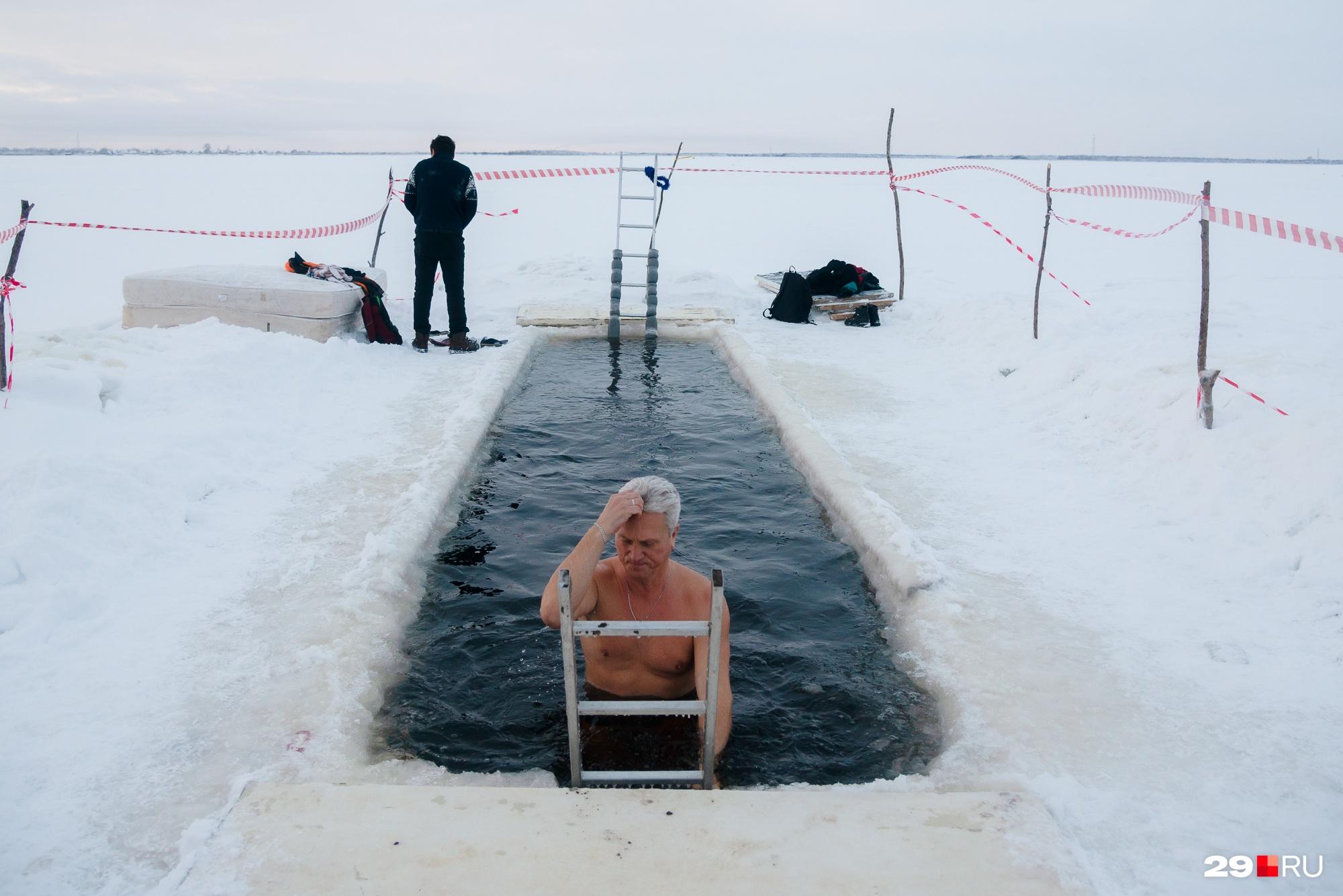 Есть и те, кто совершает заплыв на Северной Двине в честь Крещения