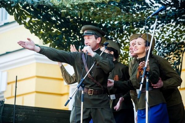 Петь песни военных лет 9 мая для артистов Волковского театра стало доброй традицией
