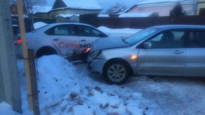 «Бермудский перекресток». На улице Волгоградской таксист снес легковушку и дорожный знак