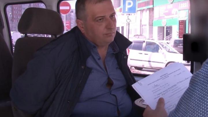 «Долг мне товарищ отдал»: появились кадры задержания начальника омского УМВД