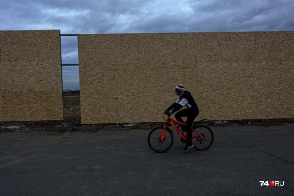 Территорию будущего Спортивного города на северо-западе Челябинска частично уже огородили забором, на нем сделают красочные визуализации будущих объектов