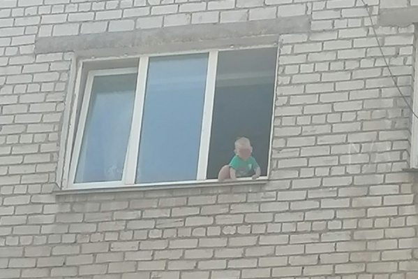 Мальчик сидел в окне на четвертом этаже