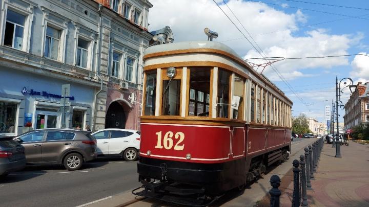 Старинный трамвай встал из-за машин, припаркованных на рельсах на Рождественской улице