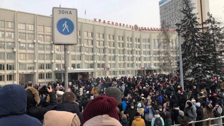 Митингующие дошли до здания мэрии Красноярска. Из него вышел ОМОН