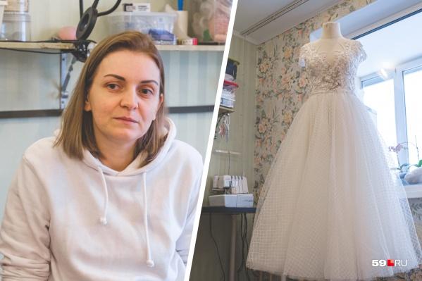 Танзиля шьет с детства и давно мечтала научиться изготавливать кружевные свадебные платья