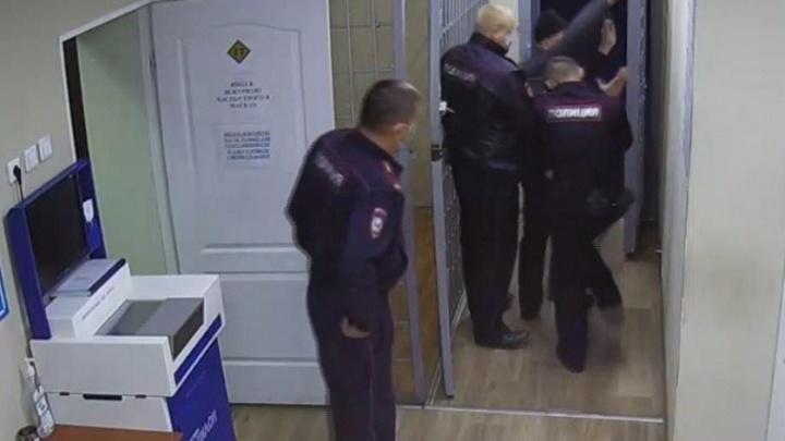 В аэропорту Толмачево дебошир набросился на сотрудников полиции