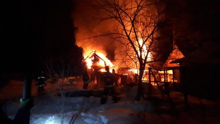 В Уфе при пожаре в доме погибла женщина. Ее дочь и муж успели спастись