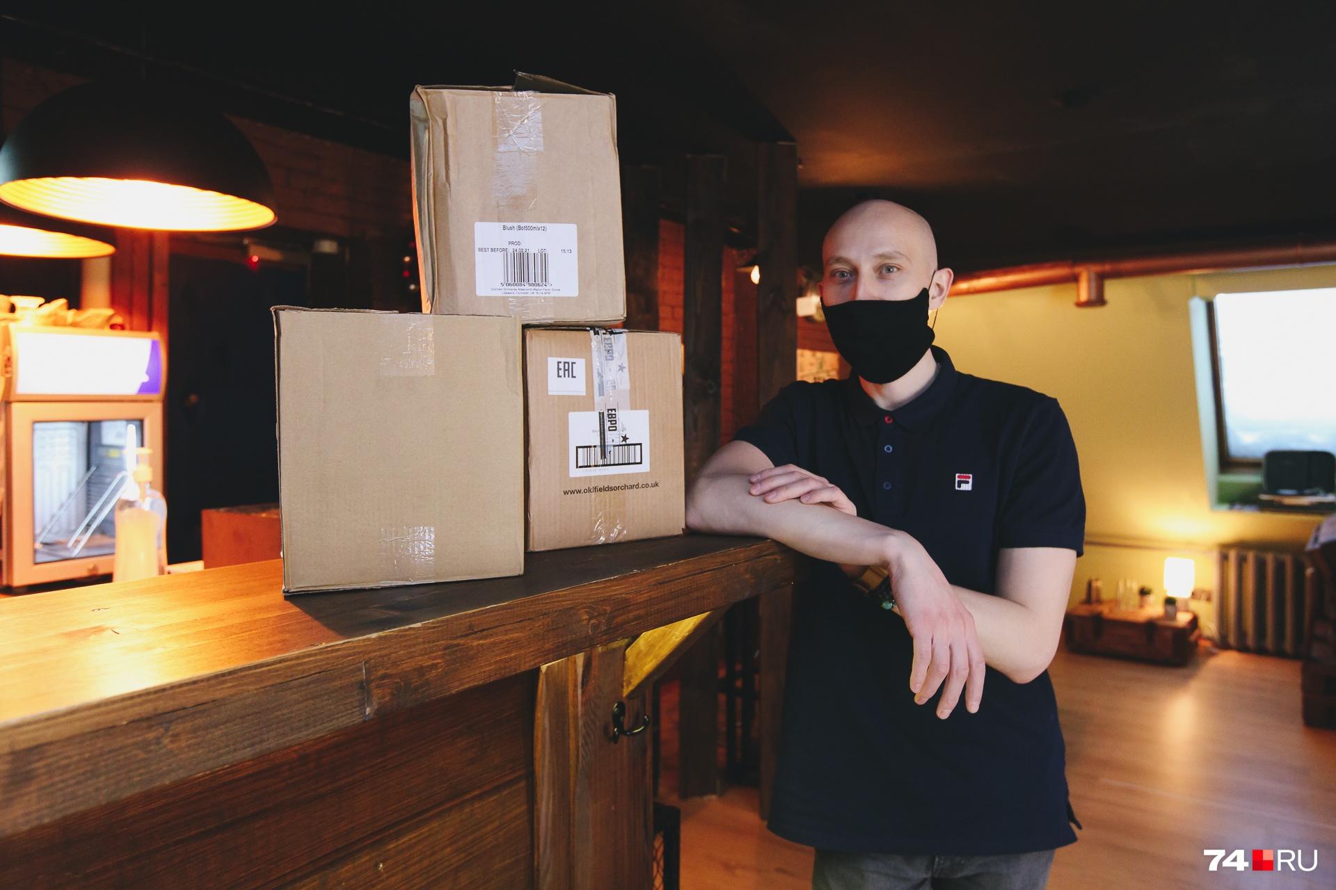 Один из владельцев бара Евгений Иванов лично отбирает сидры для своего заведения