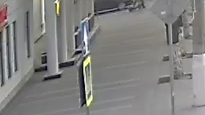 В Волгограде дама на иномарке протаранила парня на электросамокате — видео