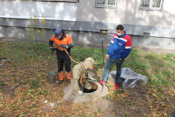По осени рабочие вынимают из труб особенно много бытовых отходов