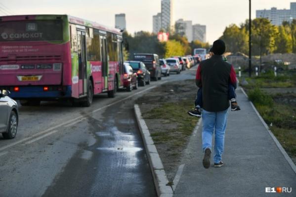 Расстояние в несколько километров автобусы на Широкой Речке преодолевают за час