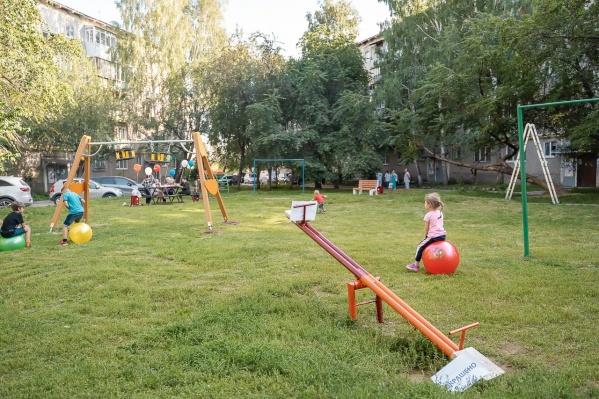 Сотрудники «Сима-ленда» облагородили двор в Екатеринбурге
