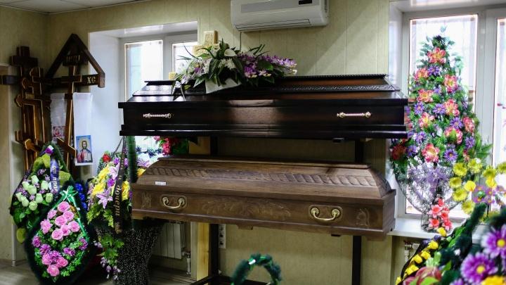 В Омске начали расти цены на гробы, венки и оградки — это оказалось связано с повышением цен на металл