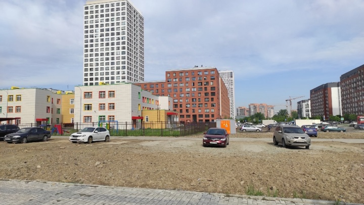 «Грязь обходим по проезжей части»: жители «Европейского берега» развернули борьбу за дорогу к детскому саду
