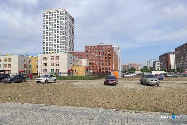 Так выглядит детский сад со стороны дома по адресу Владимира Заровного, 38 (если смотреть на вход в здание, то это ракурс слева). По этой глине и грязи не хотят ходить жители микрорайона