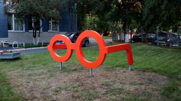 Как у Гарри Поттера: в Екатеринбурге появился гигантский памятник очкам
