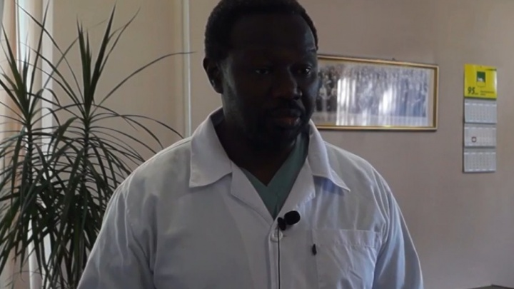 «Надеюсь, жене тоже понравится»: врач из Африки возглавил хирургию в южноуральской больнице