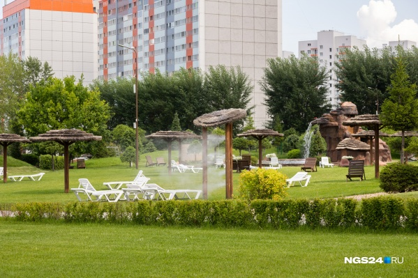 Парк стоит закрытым в самую жару, хотя желающих попасть в него очень много — он вмещает 3 тысячи человек