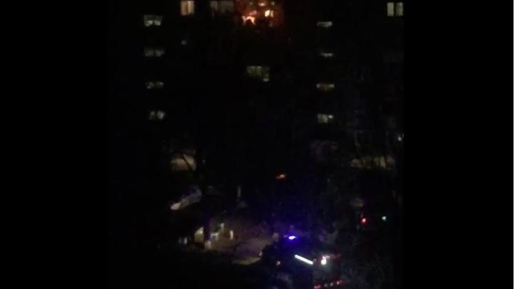 «В окне рядом зажегся свет, там были люди»: на Юго-Западе ночью загорелся балкон пятиэтажки