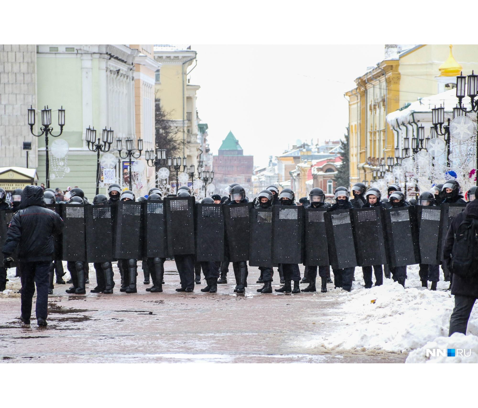 Похожую картину митингующие видели и в прошлые выходные. Правда, тогда, преградив им путь возле кинотеатра «Орленок», ОМОН не применял щиты