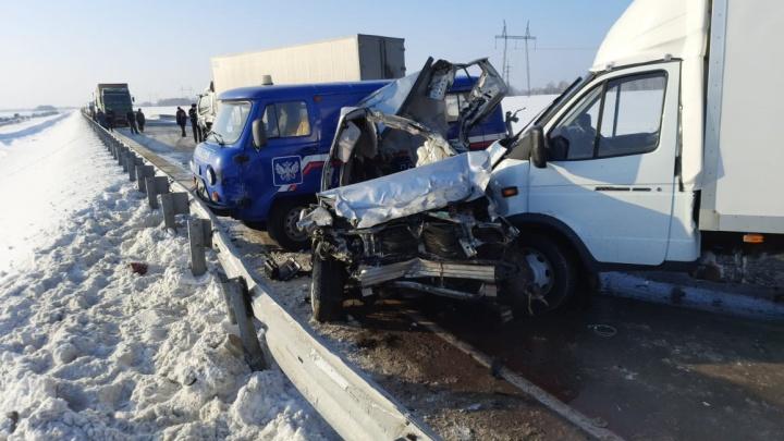 «Субару» пошел на обгон четырех машин на новосибирской трассе и влетел в КАМАЗ: один человек погиб