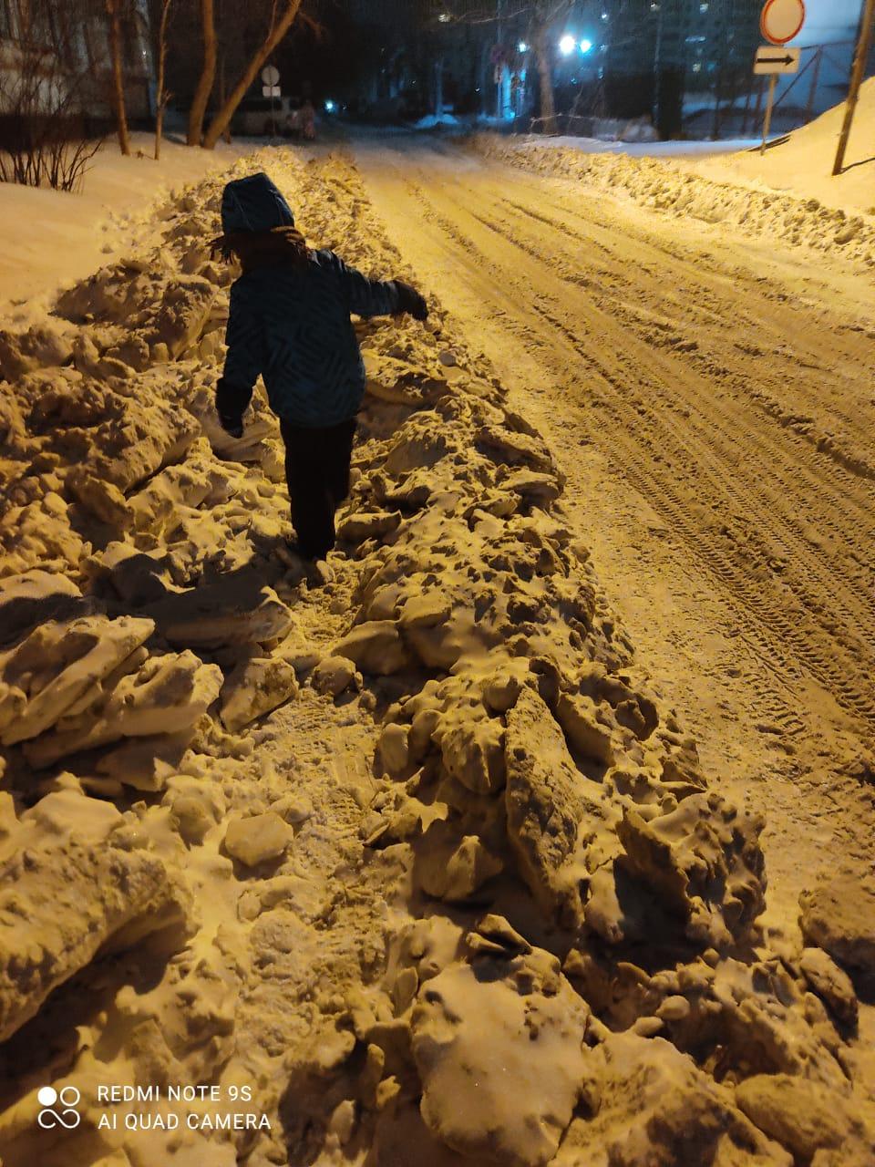 После уборки дороги на Менделеева пешеходам приходится пробираться через глыбы льда и комья снега