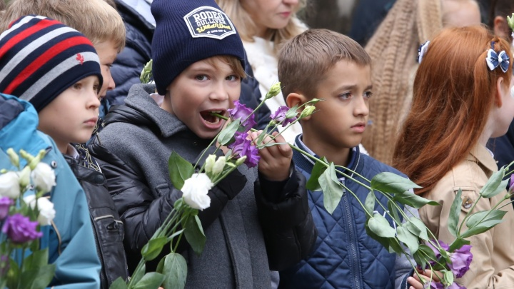 28 первых классов, учителя-двойняшки, жующие букеты дети: как Челябинск отметил 1 Сентября