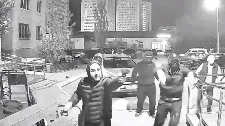 Засветили свои лица: появилось новое видео разборок на Доме Обороны, где толпа стреляла в мужчину