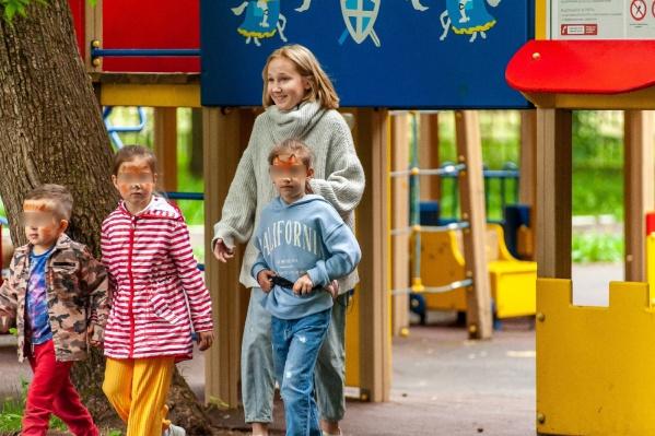 """«Незнакомец» Наталья Басс уговорила и увела троих детей с площадки парка всего <nobr class=""""_"""">за 17 секунд</nobr>"""