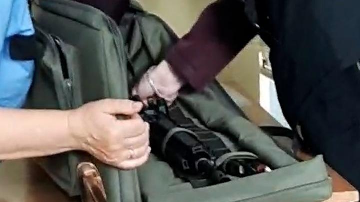 В Тюмени разбираются со студентом, который принес в колледж оружие