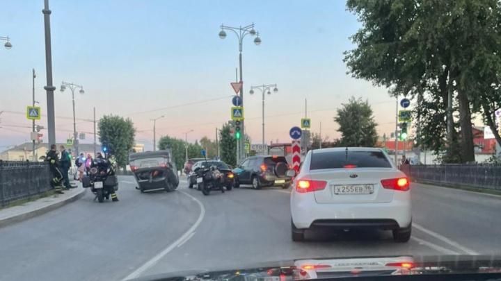 Из-за ДТП с четырьмя машинами в Екатеринбурге собралась пробка. Один из автомобилей перевернулся