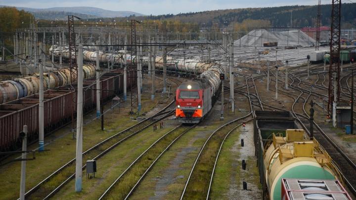 На Урале грузовой поезд сбил школьницу. Видео