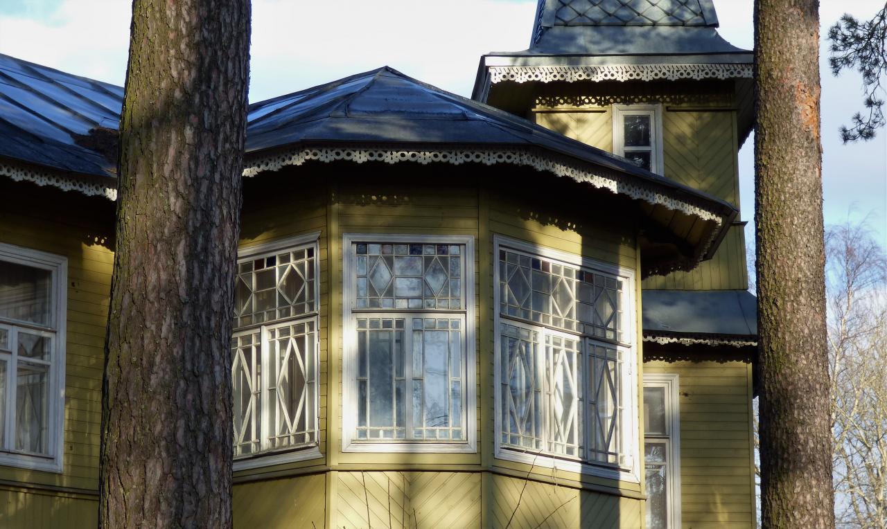 Деревянная двухэтажная дача в посёлке Лисий Нос