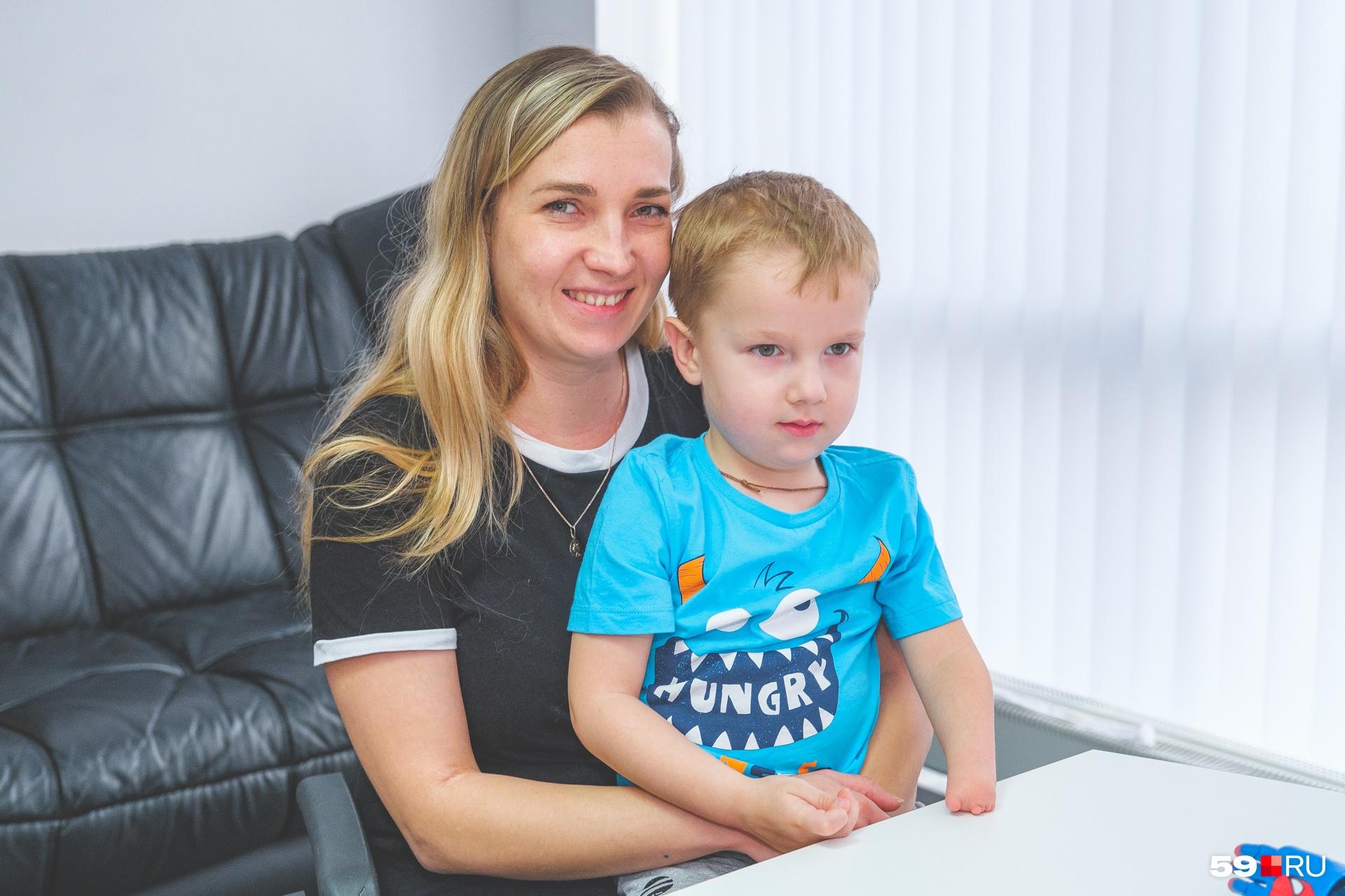 Ольга рассказывает, что из-за особенности Олега больше радуется его достижениям. Он может то же, что и обычные дети: рисовать, вырезать, ездить на самокате и даже немного на скейтборде