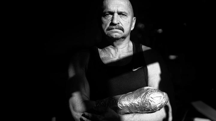 «Соберись, тряпка, — и иди в зал»: тяжелоатлет, потерявший кисть, смастерил суперпротез и в 65 лет жмет 120 кило