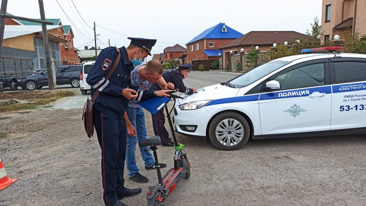 На Урале 11-летний мальчик на мощном самокате вылетел на дорогу и устроил ДТП. За это накажут его отца