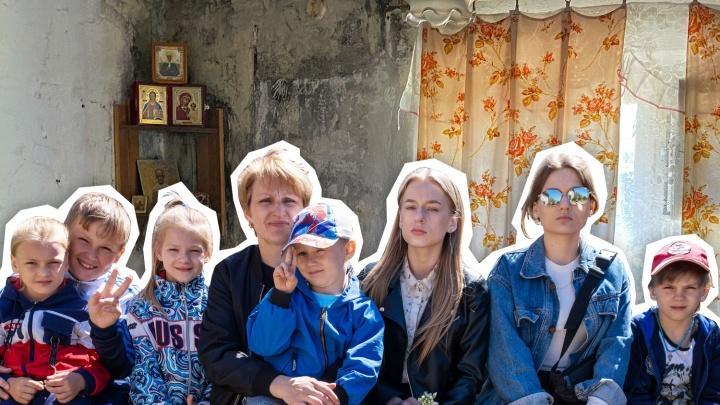 «От кашля не избавиться»: вдову с семью детьми и внуком вынуждают жить в квартире с опасной плесенью
