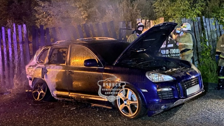 Porsche Cayenne сожгли ночью в Ачинске