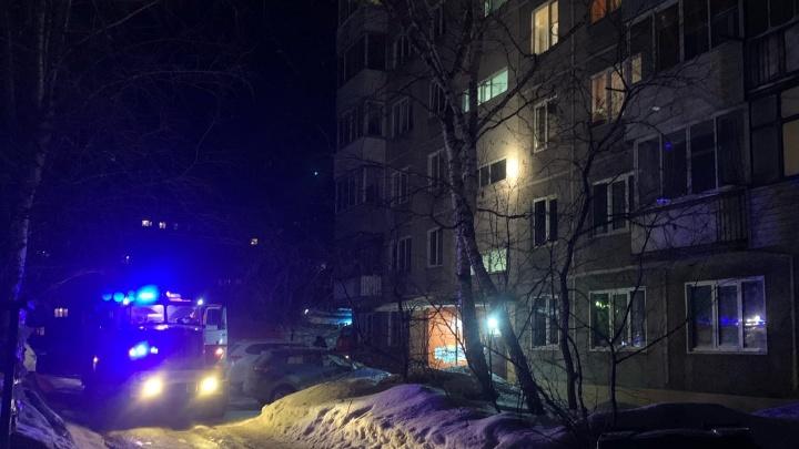В Октябрьском районе загорелась квартира — очевидцы сообщают о пострадавшей