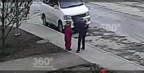 В Уфе мужчина приставал к 6-летней девочке прямо на улице. Инцидент и задержание попали на видео